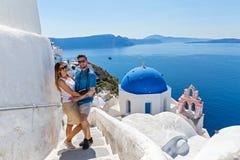 Potomstwo pary odprowadzenie na Santorini Zdjęcia Royalty Free