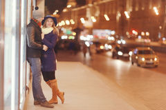 Potomstwo pary odprowadzenie przy wieczór miastem Obrazy Royalty Free