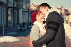 Potomstwo pary odprowadzenie wokoło miasta w zimie Zdjęcie Royalty Free
