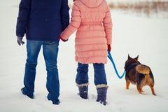 Potomstwo pary odprowadzenie z psem Fotografia Royalty Free