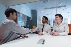 Potomstwo pary podpisywania kontrakta dokumenty na partnerach z powrotem Obraz Stock