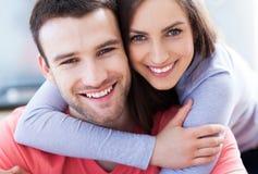 Potomstwo pary przytulenie Fotografia Stock