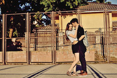 Potomstwo pary przytulenie i całowanie plenerowi Zdjęcia Royalty Free