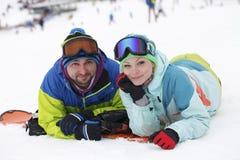 potomstwo pary snowboarders radują się i byli uradowani Zdjęcie Stock
