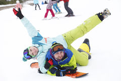 potomstwo pary snowboarders radują się i byli uradowani Obrazy Stock
