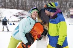 potomstwo pary snowboarders radują się i byli uradowani Obrazy Royalty Free