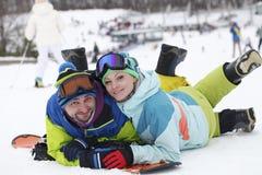 potomstwo pary snowboarders radują się i byli uradowani Zdjęcia Stock