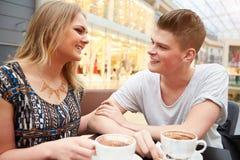 Potomstwo pary spotkanie Na dacie W kawiarni Zdjęcia Stock