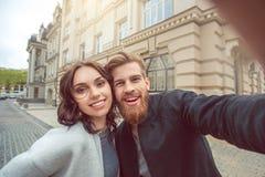 Potomstwo pary turystów miasta spaceru wpólnie wakacje Fotografia Royalty Free