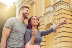 Potomstwo pary turystów miasta spaceru wpólnie wakacje Zdjęcie Royalty Free