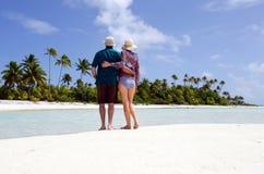 Potomstwo pary uściśnięcia na opustoszałej tropikalnej wyspie Zdjęcie Stock