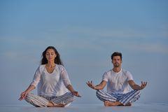 Potomstwo pary ćwiczy joga Fotografia Stock