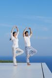 Potomstwo pary ćwiczy joga Fotografia Royalty Free