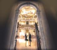 Potomstwo pary wizyty muzeum Zdjęcia Royalty Free