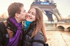 Potomstwo pary wydatków walentynki dzień w Paryż obraz royalty free