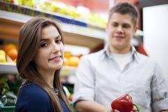 Potomstwo pary zakupy przy sklepami spożywczy Obraz Royalty Free