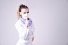 Potomstwo pielęgniarki gesta cisza zadawala zdjęcie royalty free