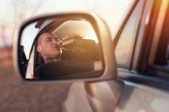 Potomstwo pijący mężczyzna jedzie samochód i pije piwo zdjęcia stock