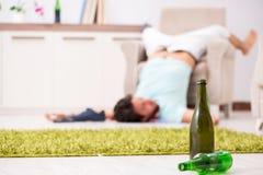 Potomstwo pijący przystojny mężczyzna po przyjęcia w domu zdjęcie royalty free