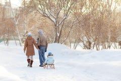 Potomstwo rodzice chodzi w zimie Fotografia Royalty Free