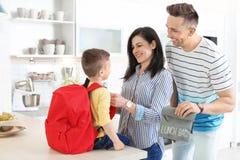 Potomstwo rodzice pomaga ich małego dziecka obrazy royalty free
