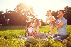 Potomstwo rodzice z dziećmi na pinkinie Zdjęcie Royalty Free