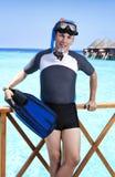 Potomstwo sportów mężczyzna z flippers, maską i tubką blisko morza, Maldives fotografia stock