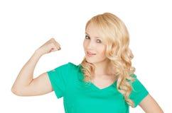 Potomstwo sporta kobieta pokazuje ona bicepsy Obraz Royalty Free