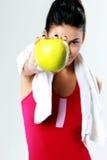 Potomstwo sporta kobiety mienia jabłko zdjęcie stock