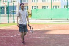Potomstwo sporta męski gracz w tenisa na obóz letni praktyce fotografia royalty free