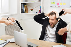 Potomstwo stresujący się zapracowany biznesmen w nowożytnym biurze obrazy royalty free