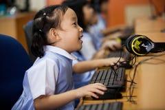 Potomstwo szkoły dzieciaki zaczynają uczyć się dlaczego używać komputer Obraz Royalty Free