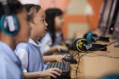 Potomstwo szkoły dzieciaki zaczynają uczyć się dlaczego używać komputer Obraz Stock