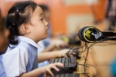Potomstwo szkoły dzieciaki zaczynają uczyć się dlaczego używać komputer Fotografia Stock