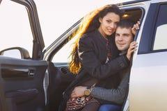 Potomstwo uśmiechu pary romantyczny obsiadanie w samochodzie Fotografia Stock