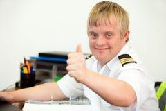 Potomstwo upośledzający pilot pokazuje aprobaty w biurze. zdjęcie stock