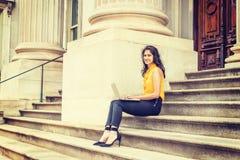 Potomstwo Wschodniego indianina studenta collegu Amerykański studiowanie w Nowy Jork Obrazy Stock