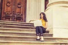 Potomstwo Wschodniego indianina studenta collegu Amerykański studiowanie w Nowy Jork Zdjęcia Royalty Free