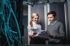 Potomstwo inżynierów biznesmeni w serweru pokoju Zdjęcie Royalty Free