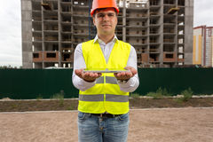 Potomstwo inżyniera pozycja przeciw placu budowy i mienia digita Obrazy Stock