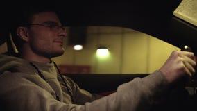 Potomstwo zadawalający mężczyzna napędowy samochód w podziemnym tunelu zbiory wideo