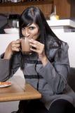 Potomstwo zrelaksowana indyjska kobieta cieszy się jej kawę Fotografia Royalty Free
