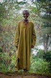 Potoru, Sierra Leone - 22 Januari, 2014: Niet geïdentificeerde Afrikaanse dorpsleider die in openlucht bevinden zich glimlachend stock foto