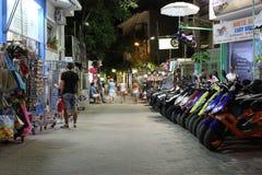 POTOS, ILHA de THASSOS, GRÉCIA - em julho de 2014 tiros da rua na noite com exposição longa Foto de Stock