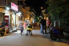 POTOS, ILHA de THASSOS, GRÉCIA - em julho de 2014 tiros da rua na noite com exposição longa Fotos de Stock