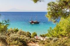 POTOS, THASSOS GRECJA, 03 2016 WRZEŚNIA Mały plażowy Potos w Greckiej wyspie Thassos z łodzią na morzu na 03 Wrześniu na Thassos, Fotografia Royalty Free