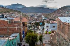 POTOSI BOLIVIA - APRIL 18, 2015: Brant gata i Potosi, Bolivi royaltyfri fotografi