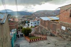 POTOSI BOLIVIA - APRIL 18, 2015: Brant gata i Potosi, Bolivi royaltyfri bild