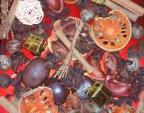 Potpourri sentant mélangé de Noël sur plaques rouges Photos stock