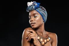 Potrait конца-вверх стильной африканской женщины с глазами закрыло Стоковые Изображения